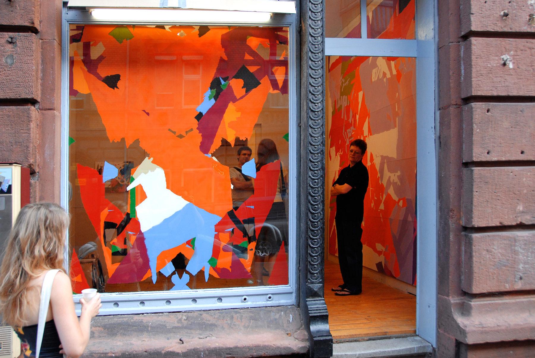 »einlamamalnie«, Sprühlack auf Plexiglas, 146×177 cm, peng Raum für Kunst 2007, Mannheim, Blick von außen
