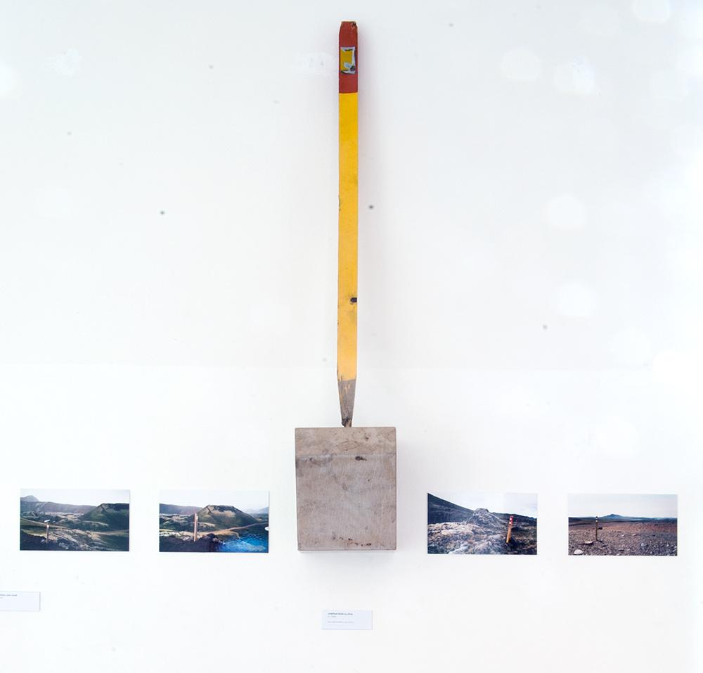 Ausstellungsansicht mit Vitrinen und Kleinskulpturen, 2008